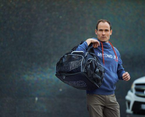 Lukas Stähli mit Sporttasche